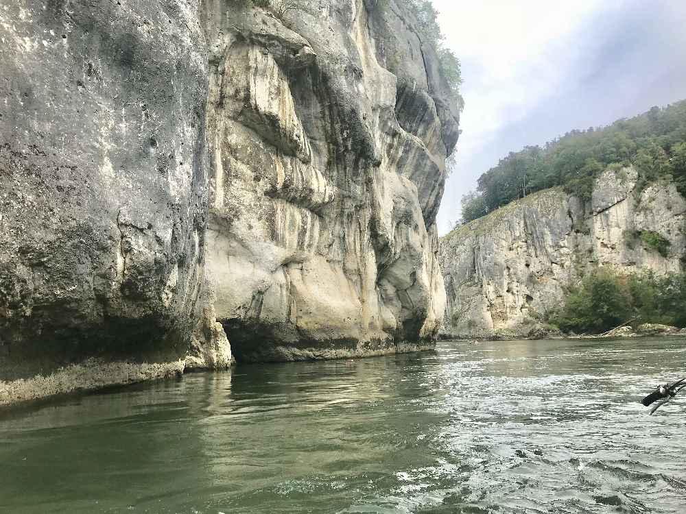 """An der """"langen Wand"""" fahren wir durch den Donaudurchbruch in Bayern"""