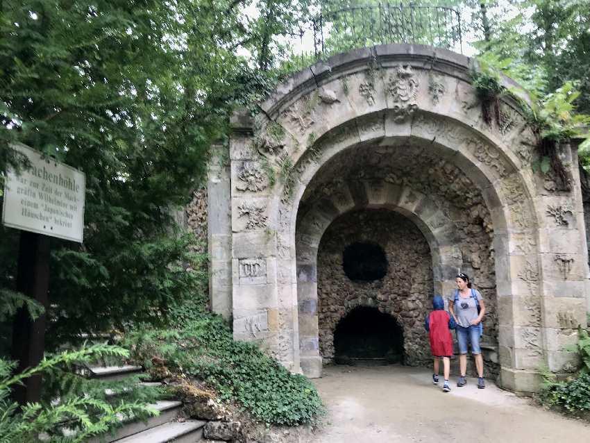 Bayreuth mit Kindern:  Das ist die Drachenhöhle unterhalb vom Neuen Schloss
