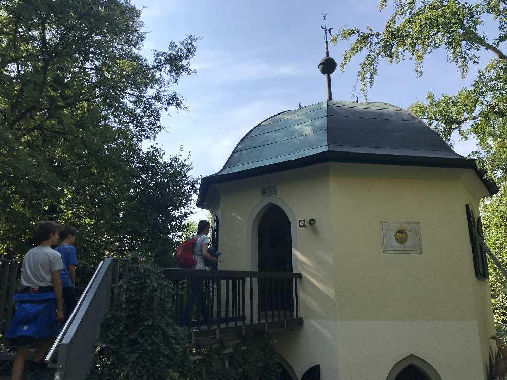 """Ausflugsziele Kelheim: 1828 wurde der Turm beim Schulerloch gebaut """"zum Tempel der Natur"""" - er ist der Eingang zur Schauhöhle"""