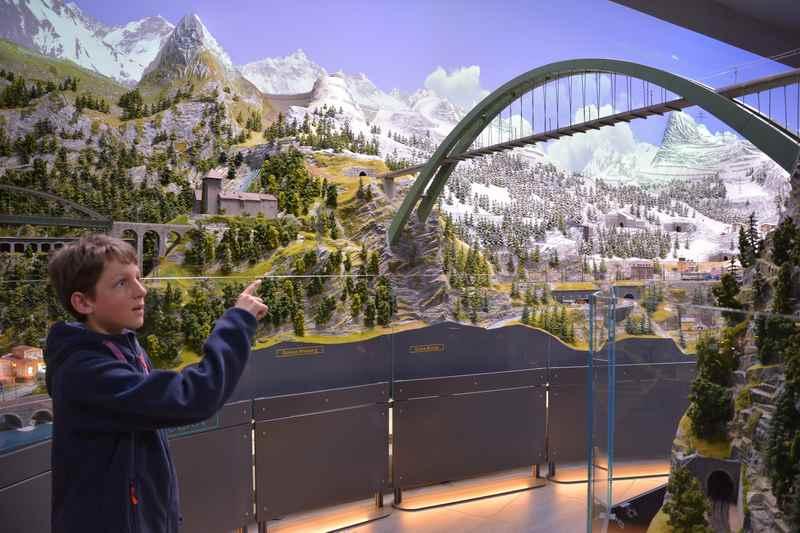 Die Falkensteinbrücke überspannt den Besucherdurchgang im Traumwerk
