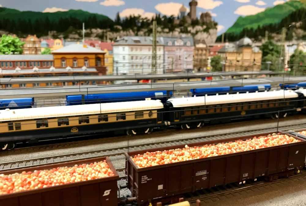 Hanns erzählt uns von den Apfeltransporten aus Südtirol zur Apfelsaftfabrik nach Vorarlberg. Er hat das nachgebaut.