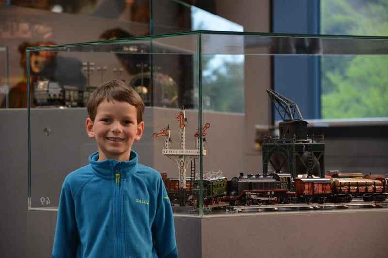 Hans-Peter Porsche Traumwerk - Den Kindern gefallen im Spielzeugmuseum die Eisenbahnen