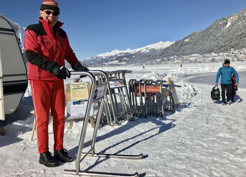 Weissensee eislaufen: Mit den Eisschlitten könnt ihr das Eislaufen lernen - oder einen Kurs  beim ehemaligen Trainer der österreichischen und ungarischen  Nationalmannschaft, Balint Kutas buchen.