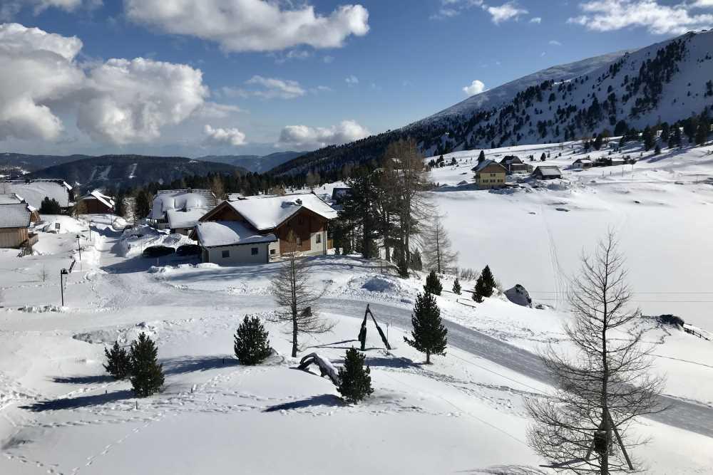 Verschneite Winterlandschaft rund um das Heidihotel am Falkertsee