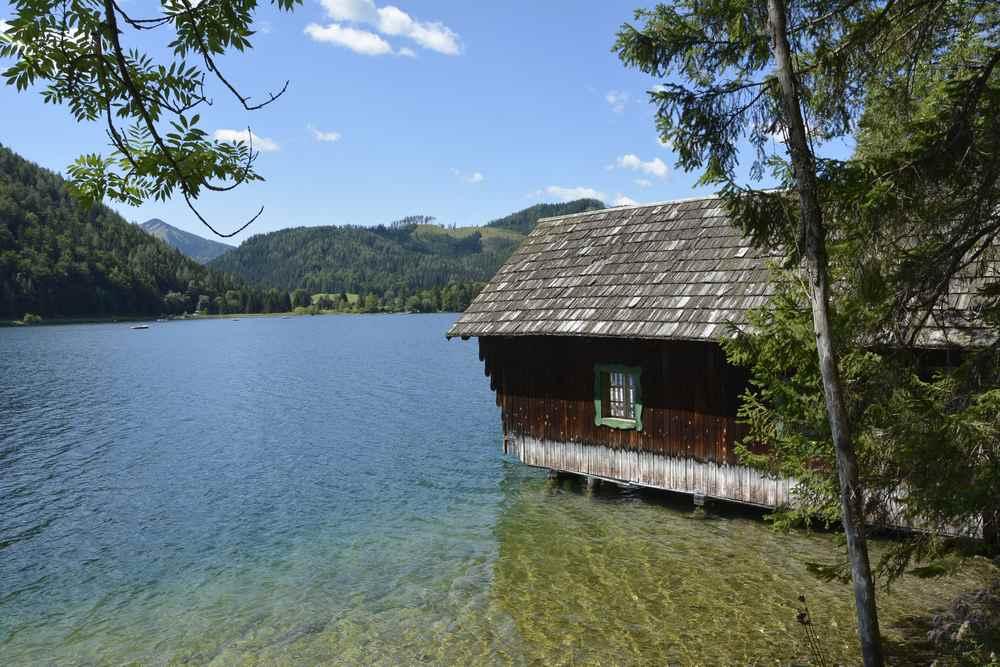 Meist ist das Ufer unverbaut, einzelne Hütten stehen im Erlaufsee, wie hier das Haus der Fischer
