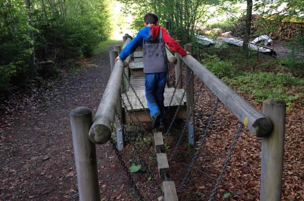 Balancieren am Erlebnisparcours Buchbichl am Weissensee