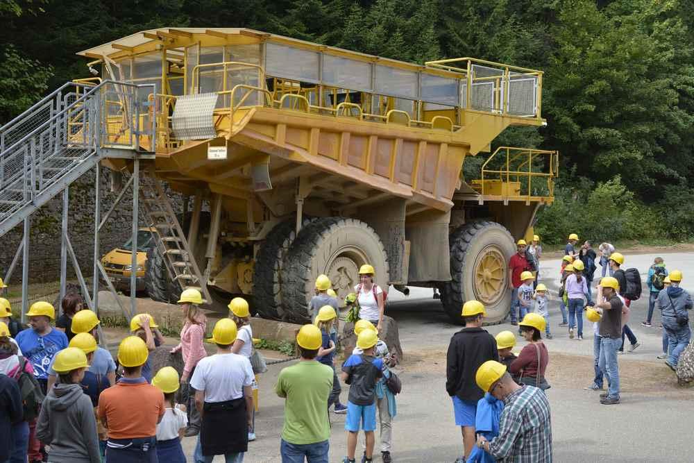 Hauly Erzberg: Ein Reifen des Riesenlasters Hauly hat eine Höhe von 2,6 m - hier auf dem Bild sieht man die Dimension