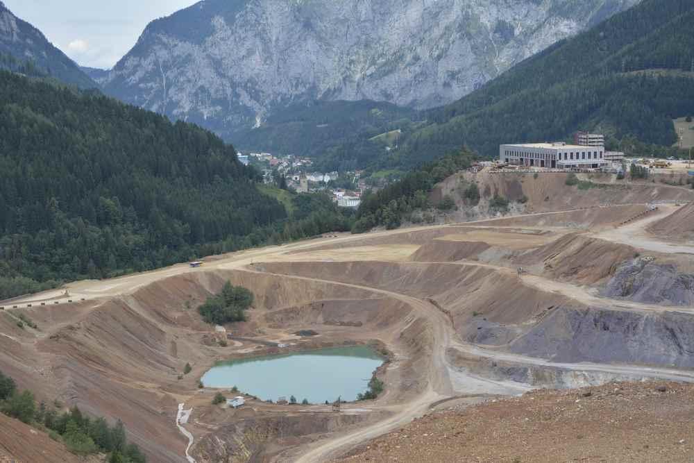 Im Bergbaugebiet hat sich sogar ein riesiger See gebildet. Die Dimension der Größe kann man gar nicht in einem Bild zeigen.