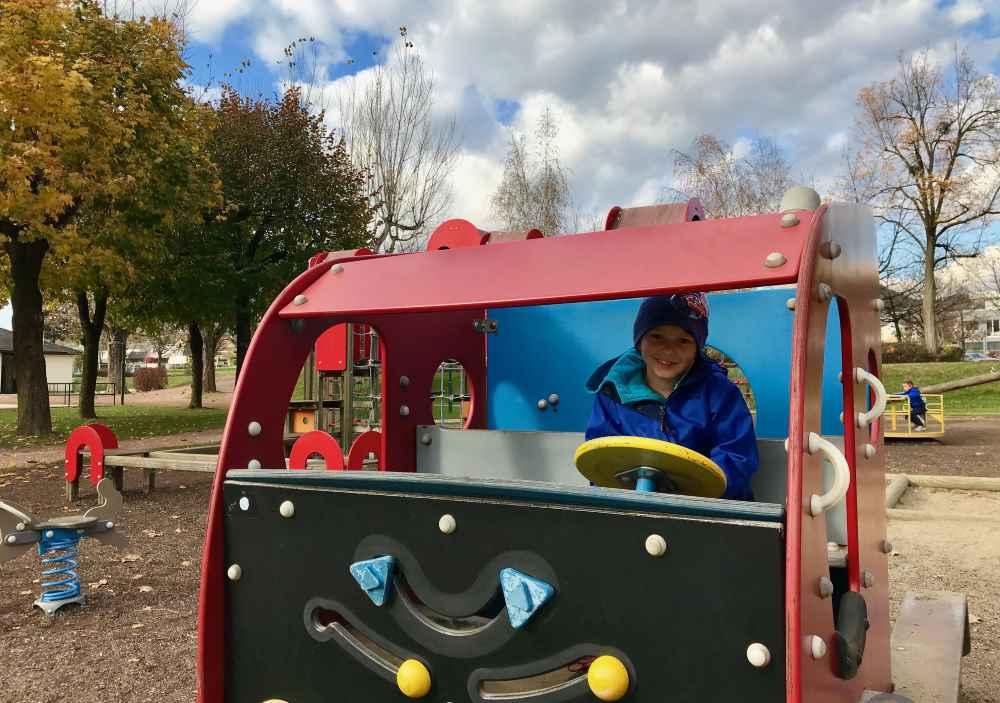 Damit die Kinder bei Laune bleiben: Stopp am Spielplatz neben dem Millstätter See Radweg in Österreich