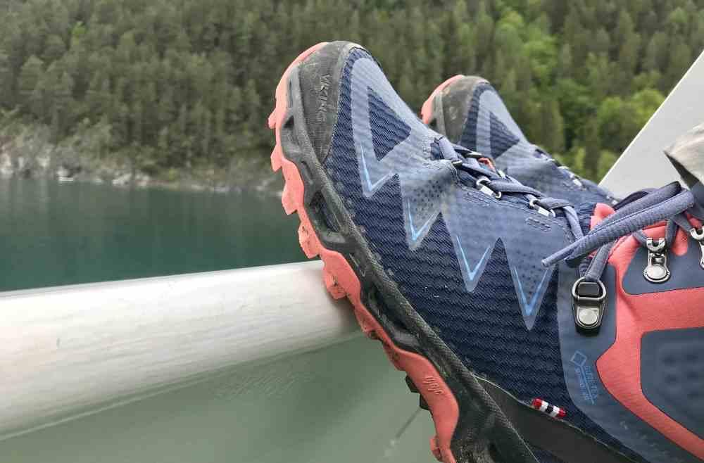 Nicht vergessen: ALLE brauchen auf dieser Wanderung gute Wanderschuhe, über die Knöchel hoch wie hier am Bild oder halbhohe, aber unbedingt mit guter Sohle!