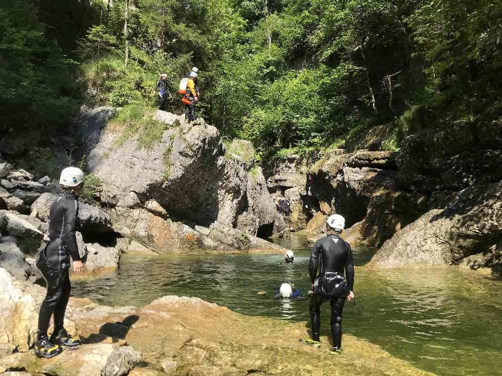 Canyoning Salzburg: Die erste Mutprobe: Der 5 Meter Sprung in das kalte Bergwasser
