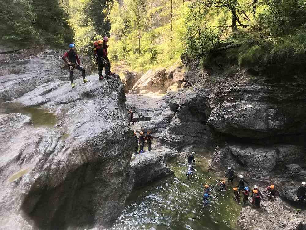 Canyoning Salzburg: Aus acht Metern Höhe vom Felsen springen - der Kick für Jugendliche im Familienurlaub!