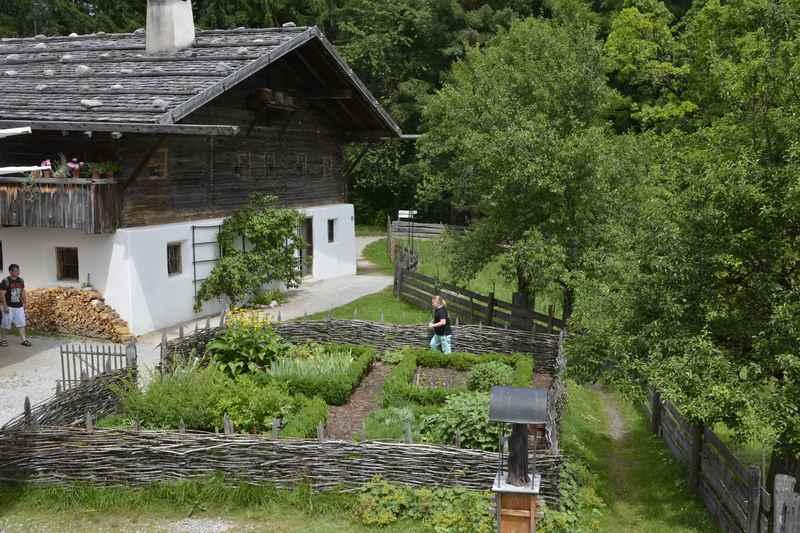 Heute romantisch - früher notwendig und arbeitsreich: Der Kräutergarten vorm historischen Bauernhaus