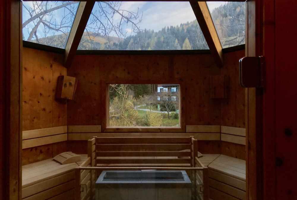 Familienhotel Bad Kleinkirchheim: Das ist die Baumhaus Sauna im Familienhotel. Am besten ist die Stimmung, wenn die Sonne untergeht.