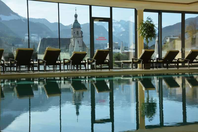 Einzigartig in diesem Familienhotel Berchtesgaden: Der Pool mit diesem Ausblick!