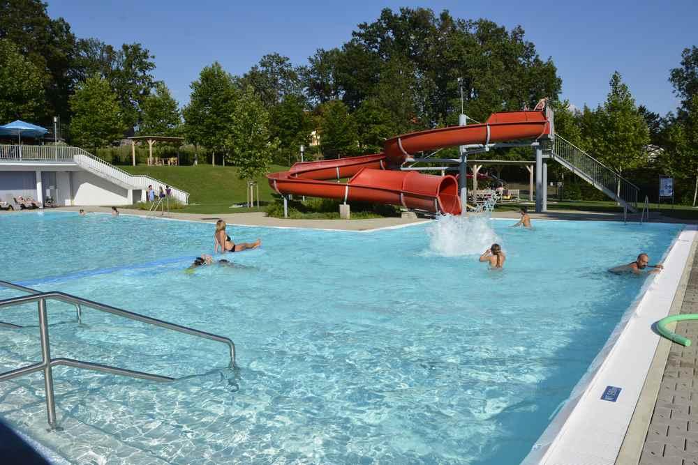 Das öffentliche Schwimmbecken von Neutal ist groß wie in einem Familienhotel