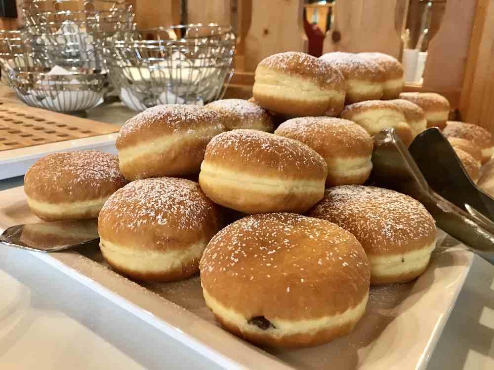 Wunderbar am Frühstücksbuffet: Die morgendlichen Krapfen im Almresort Hotel auf der Gerlitzen