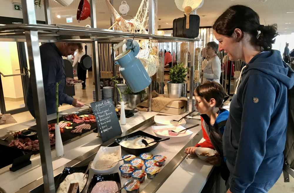 Reichhaltiges Frühstücksbuffet im Familienhotel Hamburg: Hier der Bereich mit Joghurt