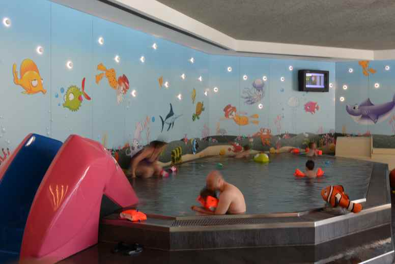 Das Schwimmbad im Familienhotel in Südtirol