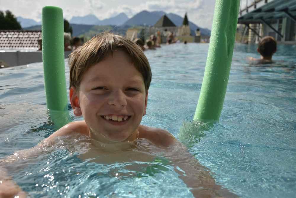 Viel Schwimmbad für die Kinder im nächsten Reiseziel: Das tolle Außenbecken im Familienhotel Dilly in Windischgarsten