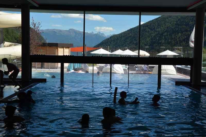 Familienhotel Huber - Schwimmbad mit Blick auf die Dolomiten