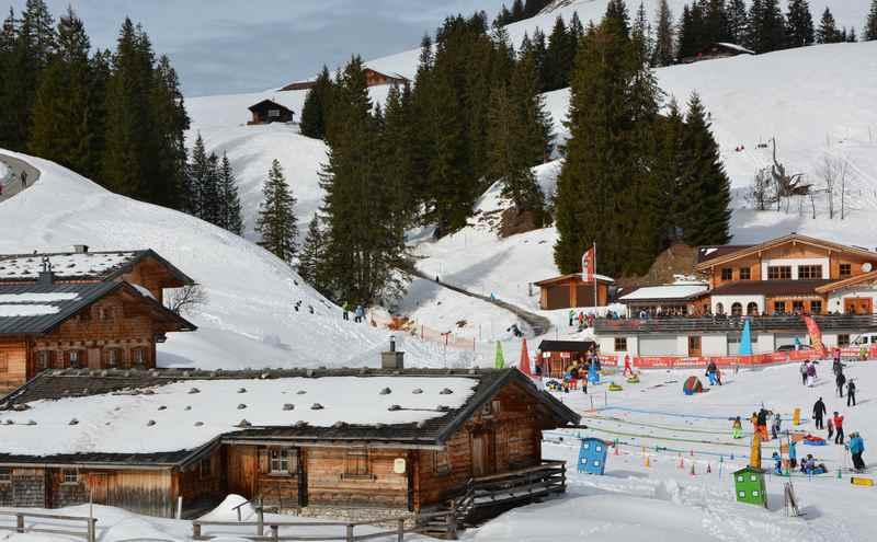 Familienhotel an der Piste: In der Früh gleich vom Frühstücksbuffet zum Skifahren