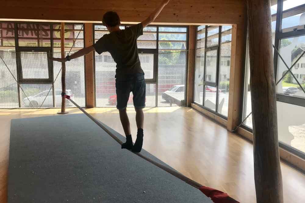 Familienhotel Vorarlberg im Montafon: Indoor Spielplatz mit Slackline