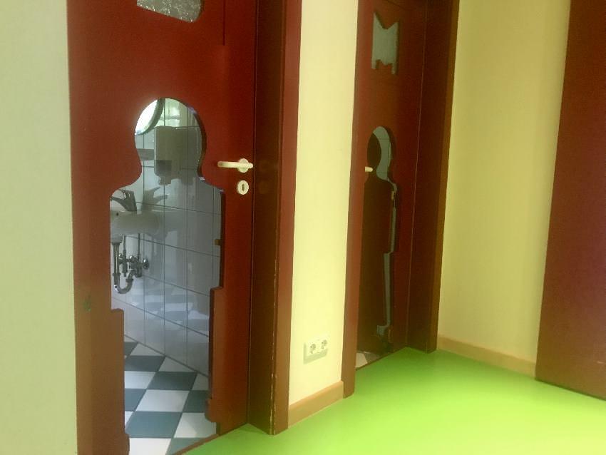 Vieles ist im Rosenhof individuell: So wie die WC Türen für Kinder im Kinder-Erlebnisbereich