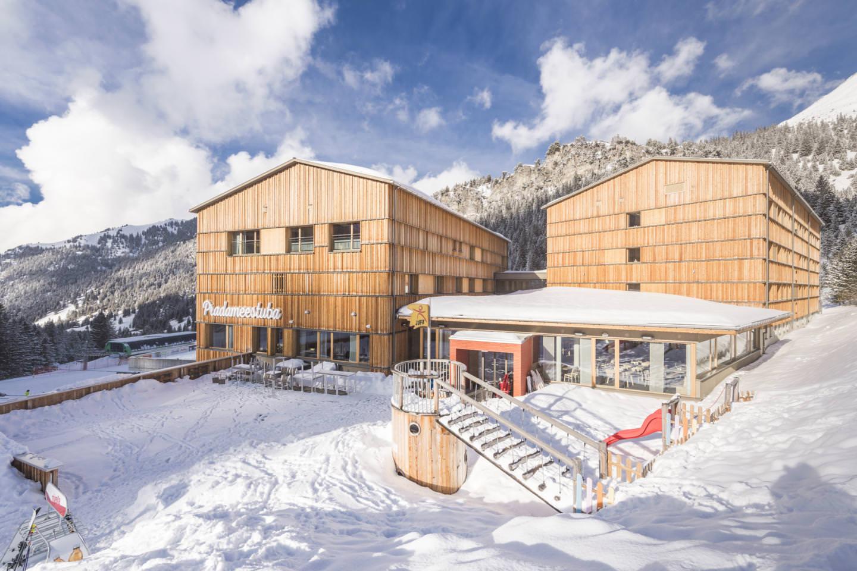 Das JUFA Familienhotel liegt direkt im Skigebiet, (c) JUFA Hotels