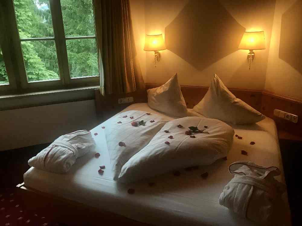 So romantisch: Unser Schlafzimmer mit Rosen dekoriert - das ist der Rosenhof!