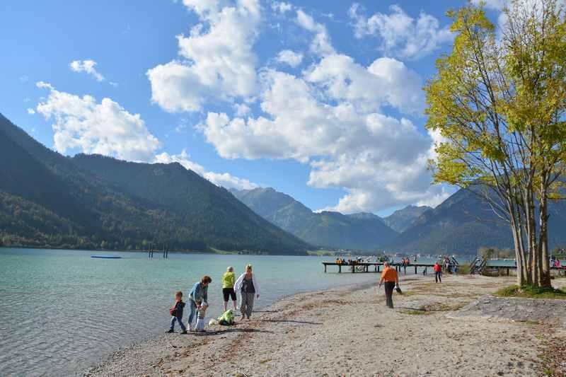 Familienurlaub Achensee: Am Strrand in Eben mit dem Karwendel am Horizont