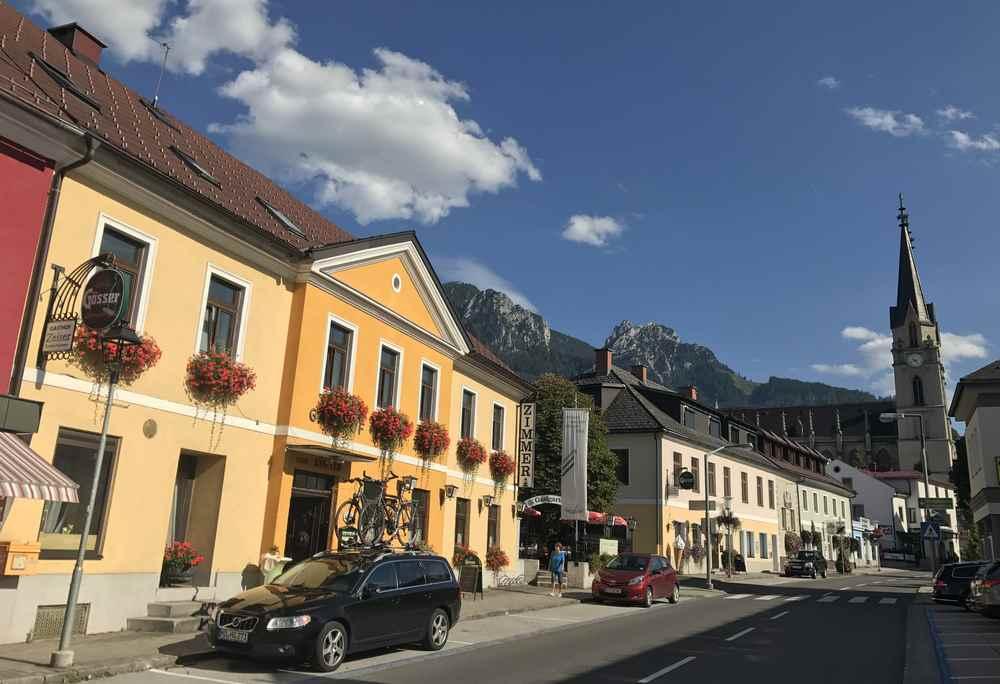 Die Hauptstraße durch den Ort Admont, hinten die Kirchtürme vom Stift