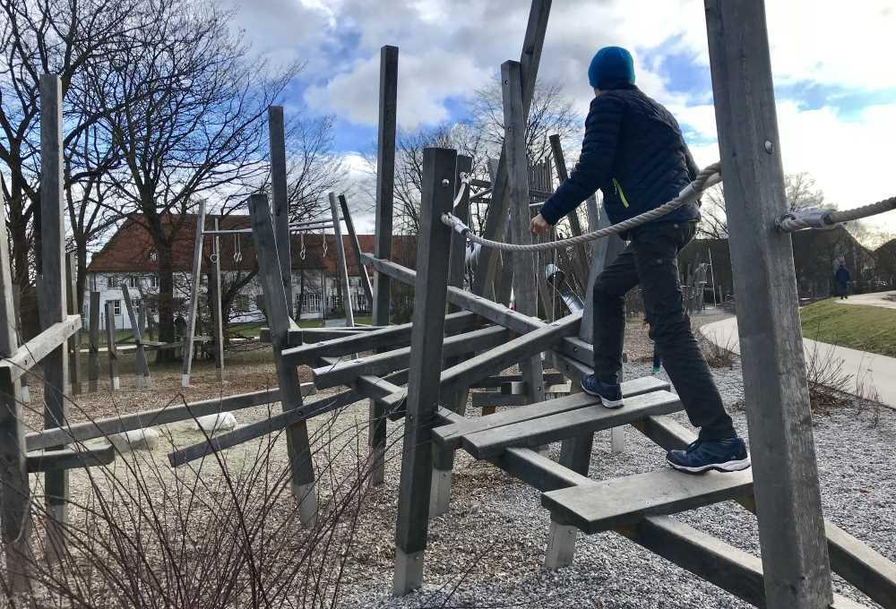 Kinder zwischen 5 und 12 Jahren finden es spannend am Abraxas Spielplatz zu Klettern und die Geschicklichkeit zu üben