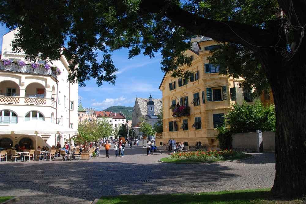 Der Bummel durch die Stadt Brixen mit den vielen historischen Gebäuden