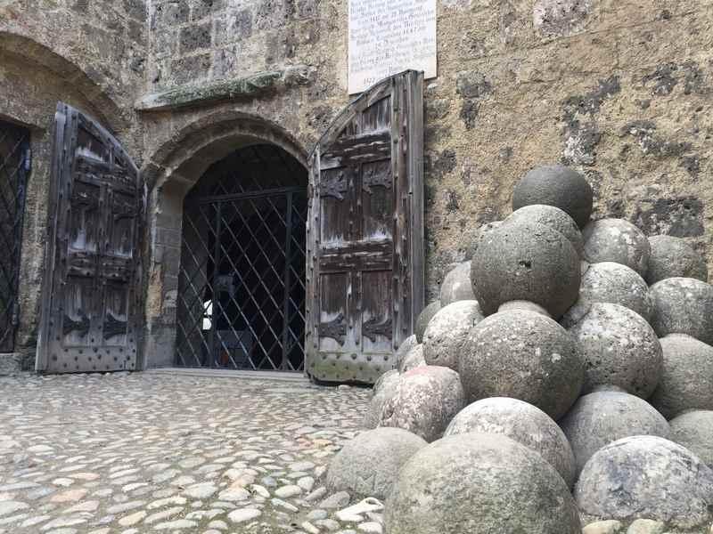 Spannend für Kinder: Die steinernen Kanonenkugeln im Burghof