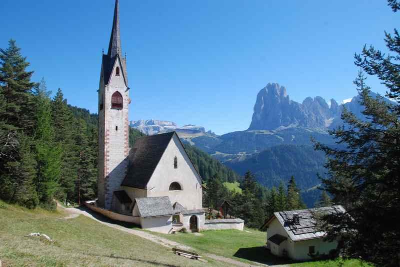 Familienurlaub Gröden - eine leichte Familienwanderung zum Postkartenmotiv St. Jakob
