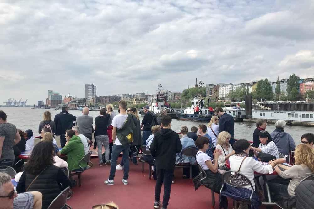 Mit dem zweiten Schiff geht es von den Landungsbrücken vorbei an Hamburg Altona