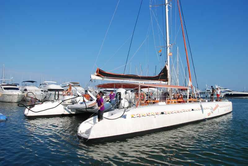 Die Fahrt mit dem großen Katamaran war außergewöhnlich schön, am Meer in Spanien, Katalonien