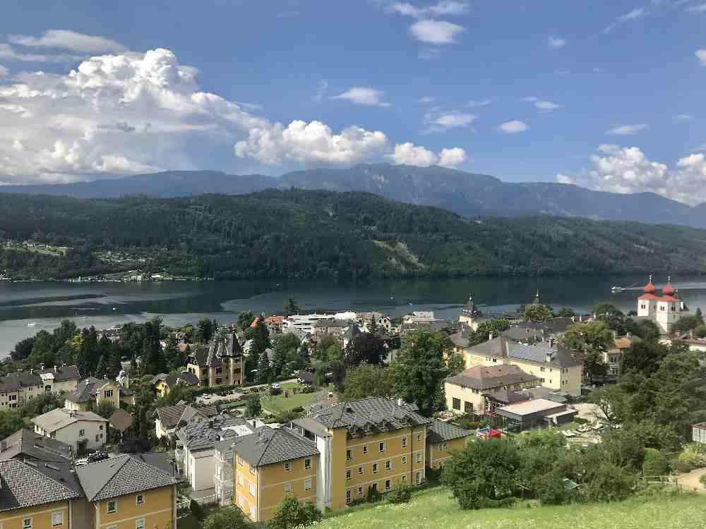 Familienurlaub Millstätter See - der Blick auf Millstatt mit dem Kloster und dem fischreichsten See in Kärnten