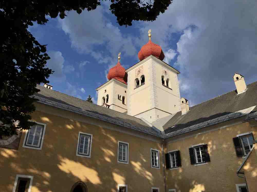 Das sind die bekannten Kirchtürme von Millstatt - das Kloster im Abendlicht