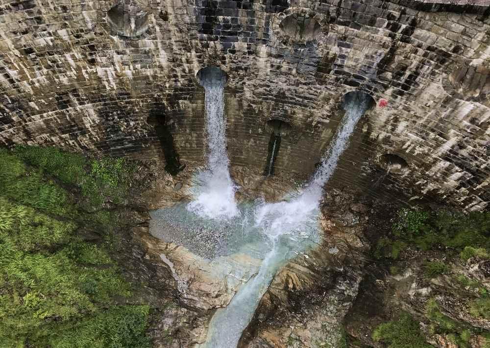 Roadtrip Österreich:  In Osttirol sind wir in Kals am Großglockner über eine Hängebrücke gewandert mit Blick auf diesen Wasserfall