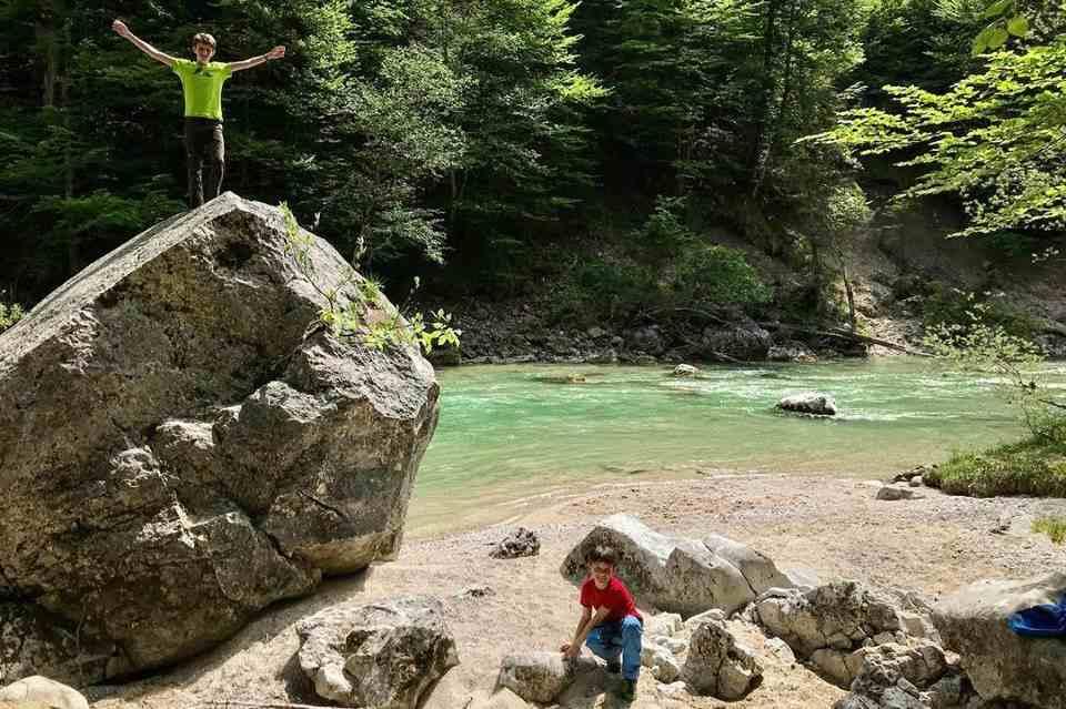 Wenn du auch solche tollen Plätze mit Kindern erleben willst, lass dich in unserem Familienurlaub Reiseblog treiben!