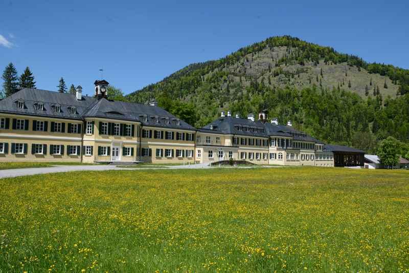 Bekannt ist Wildbad Kreuth von den politischen Veranstaltungen - wir machen hier unsere Familienwanderung am Tegernsee in Richtung Wolfsschlucht