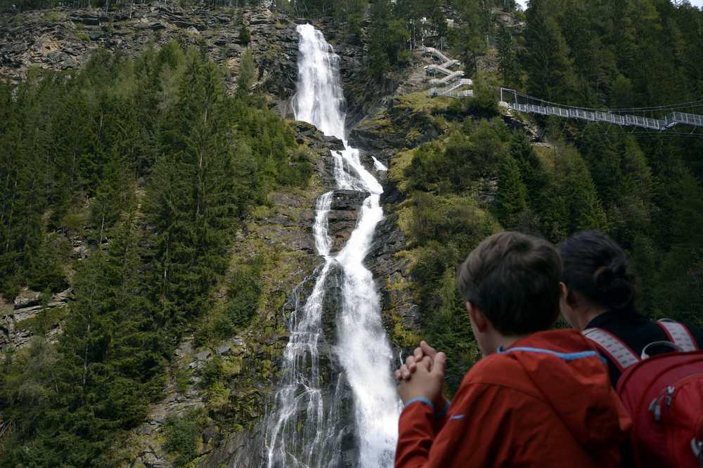 Wir lassen die Kraft des Wassers auf uns wirken und schauen auf den weiteren Verlauf unserer Wanderung