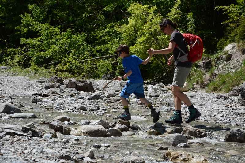 """Dann """"müssen"""" wir über den Felsweißbach wandern"""