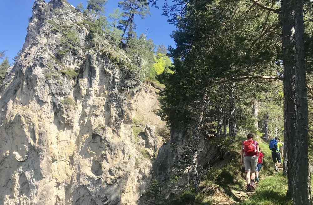 Neben den Felsen wandern wir auf dem Steig hinauf