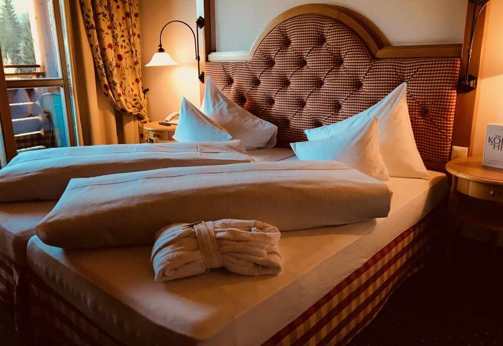 Familienurlaub Angebot im Familienhotel Post - von diesem Bett geht´s direkt auf die Skipiste und zum Wandern in Kärnten
