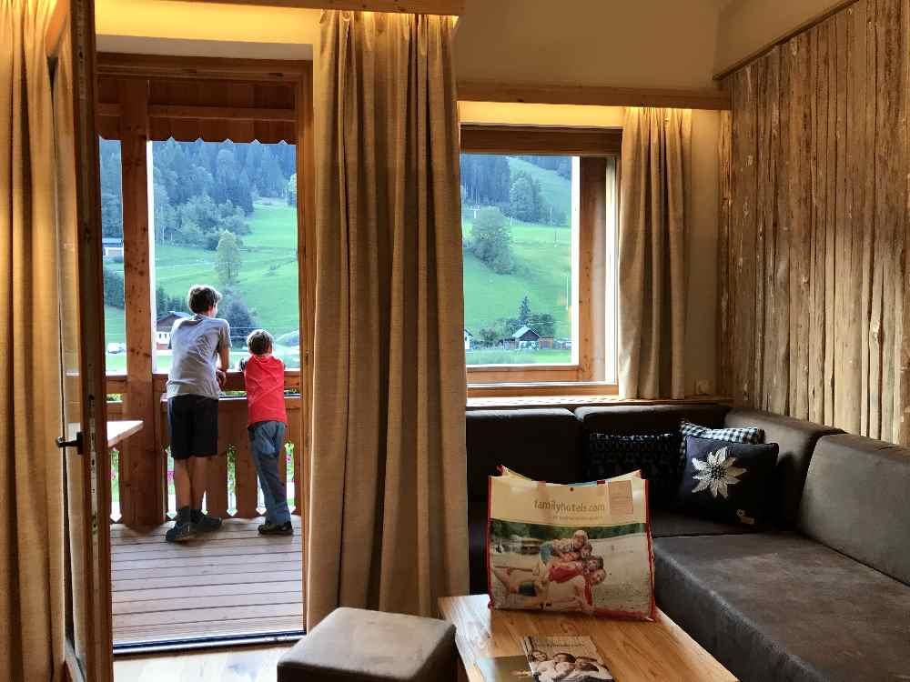 Die Familienzimmer sind mit hellem Holz sehr freundlich und es gibt einen Balkon mit Bergblick - den Kindern gefällt´s
