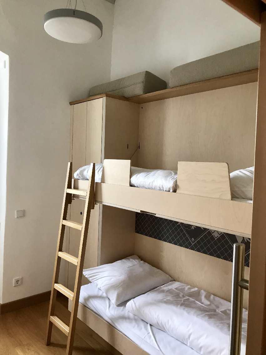 So schlafen die Kinder. Es gibt unterschiedliche Zimmerkategorien im JUFA!