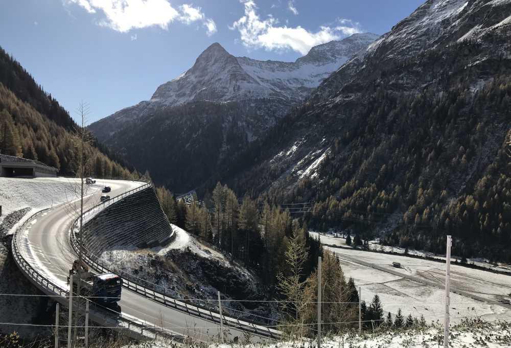 Der neue Abschnitt der Felbertauernstraße am höchsten Punkt in Osttirol mit der tollen Bergkulisse